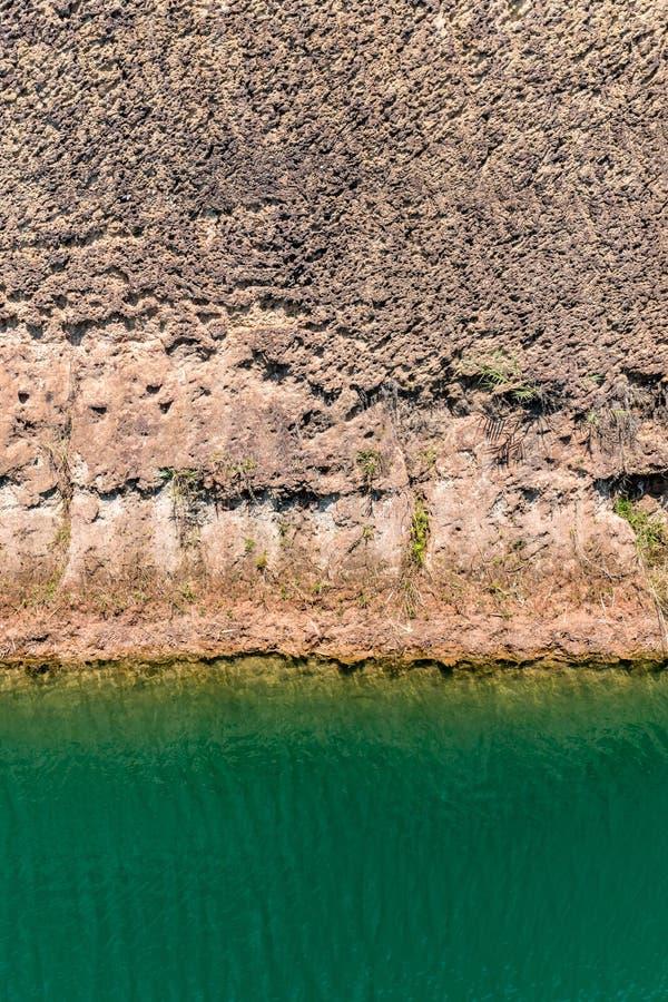 Lago verde com banco de solo fotos de stock