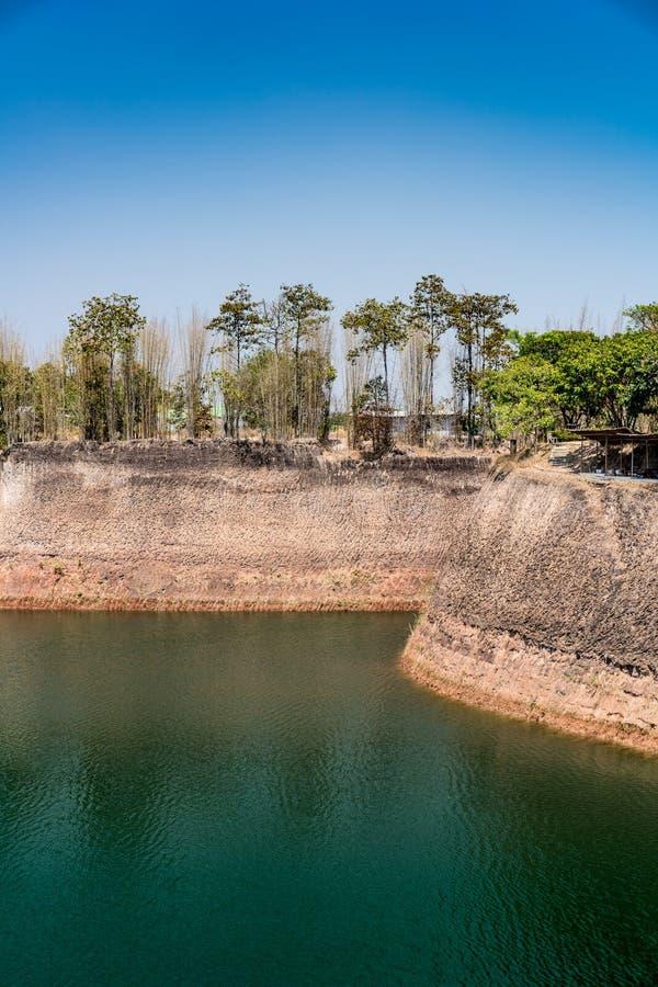 Lago verde no fundo do céu azul imagens de stock royalty free