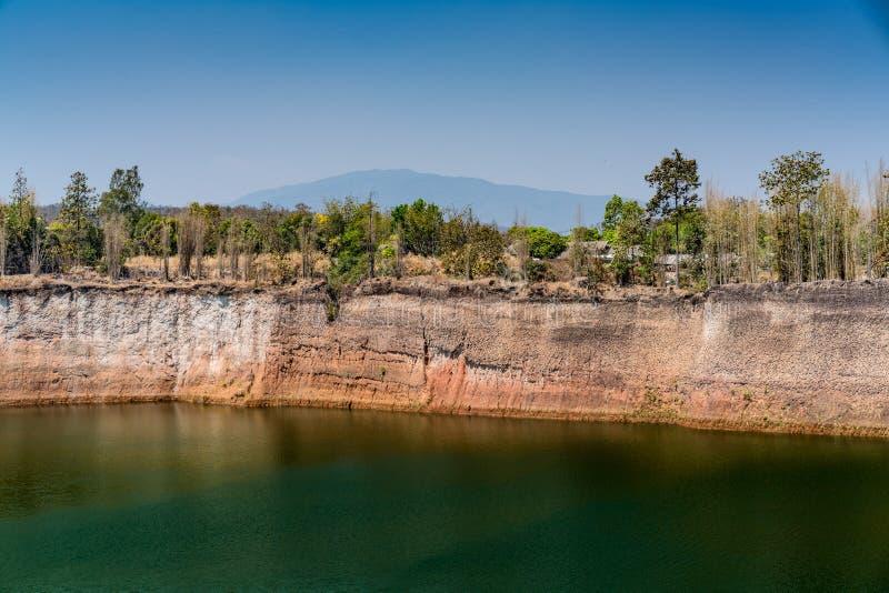 Lago verde no fundo do céu azul imagem de stock
