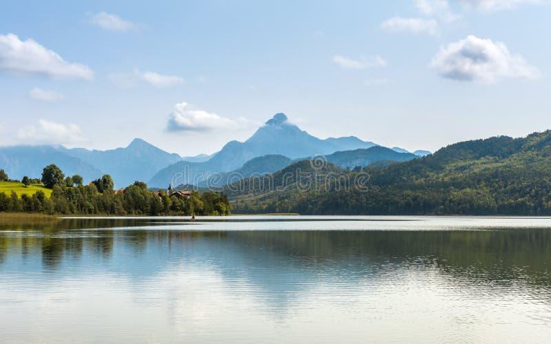 Lago verde Weissensee del agua en montañas de las montañas imágenes de archivo libres de regalías