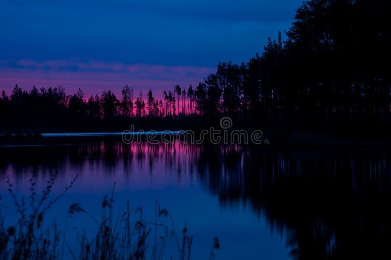 Lago vermelho bonito da água do nascer do sol foto de stock