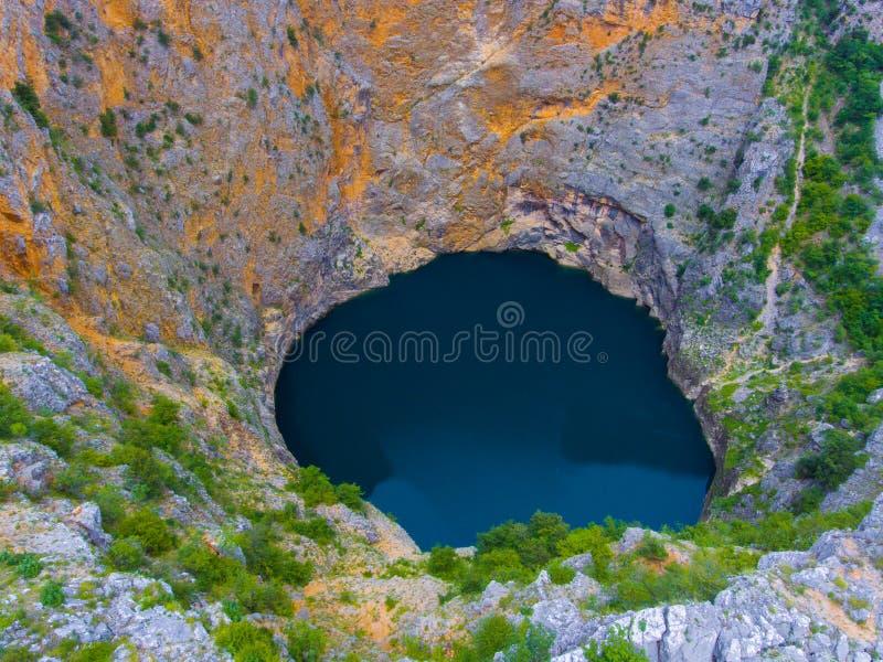 Lago vermelho Imotski na Croácia na mola imagem de stock royalty free