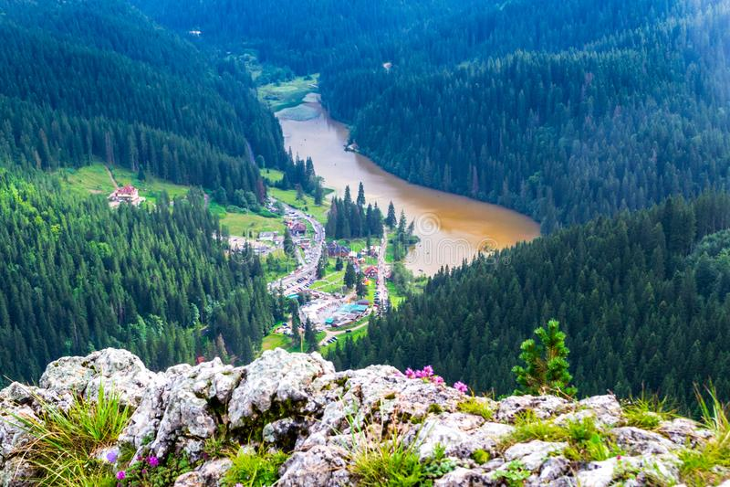 Lago vermelho Lacu Rosu no desfiladeiro Cheile Bicazului de Bicaz, condado de Neamt, Romênia, como visto de cima de, do pico de S imagem de stock