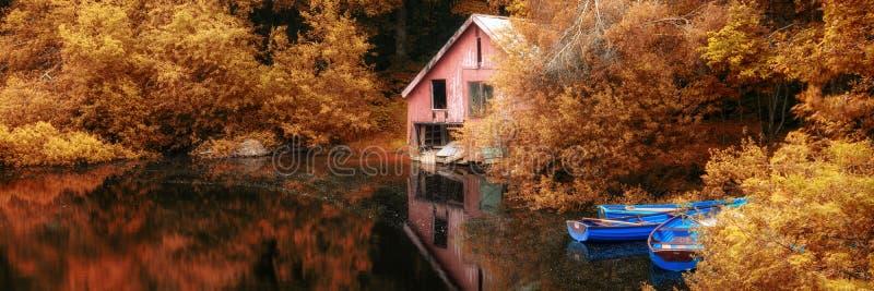 Lago vibrante sbalorditivo della barca di scena di autunno del paesaggio di panorama e b immagine stock libera da diritti