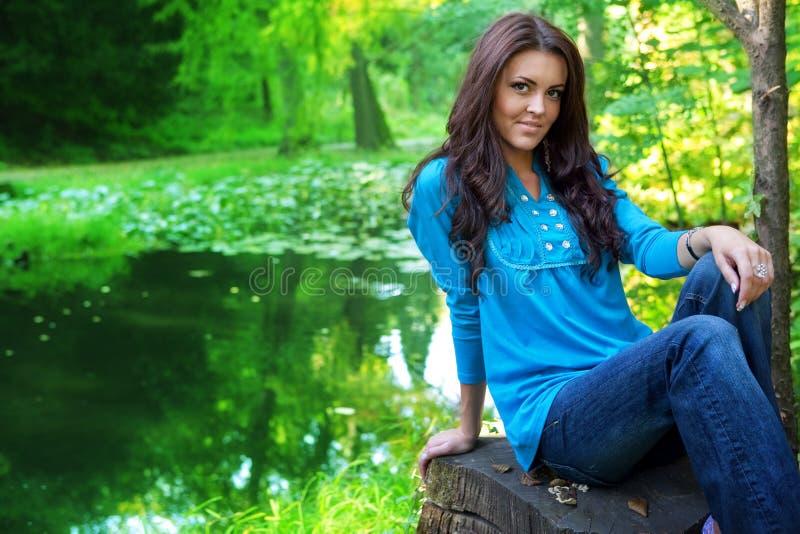 Lago vicino esterno della foresta della bella donna immagini stock