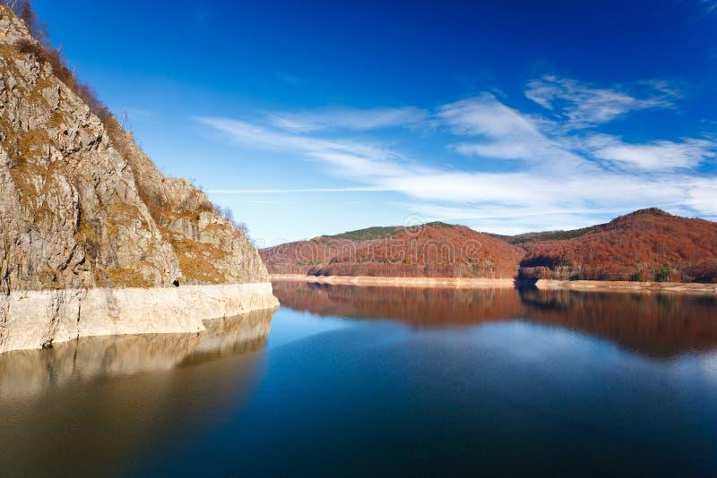 Lago Vidraru en Rumania fotos de archivo