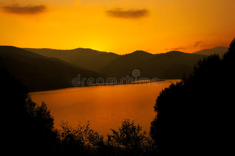 Lago Vidraru sul tramonto fotografie stock