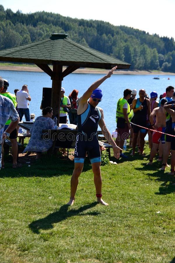 Lago Vlasina, Sérvia - august, 5 2018: Aquecer-se para nadar no triathlon de Vlasina foto de stock royalty free