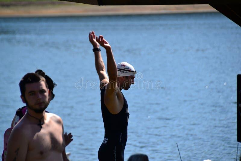 Lago Vlasina, Sérvia - august, 5 2018: Aquecer-se para nadar no triathlon de Vlasina imagem de stock