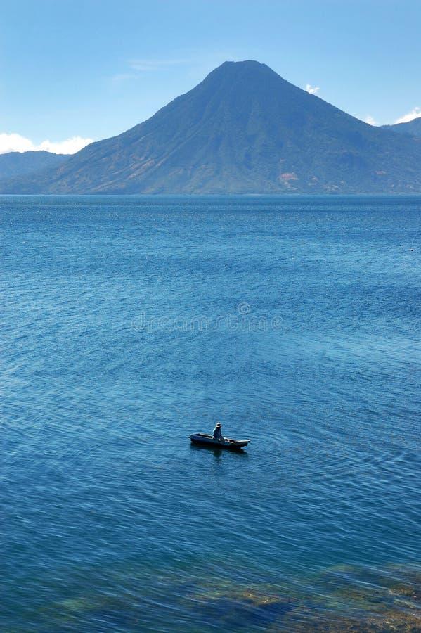 Lago volcánico Atitlan en Guatemala imágenes de archivo libres de regalías