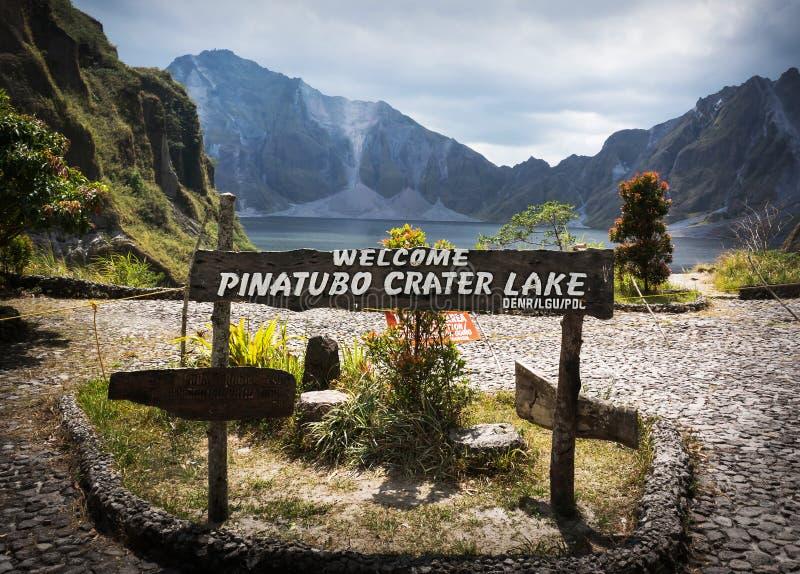 Lago vulcânico na cratera fotos de stock royalty free