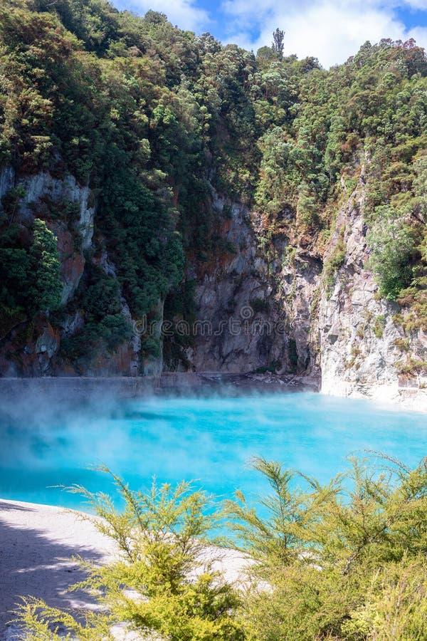 Lago vulcânico no waimangu fotografia de stock