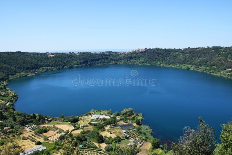 Lago vulcanico del nemi vicino a roma fotografia stock for Lago vicino milano