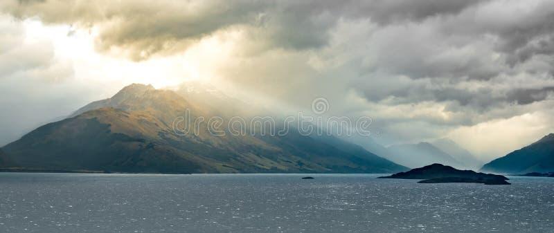 Lago Wakatipu com montagem Bonpland no fundo A ilha do pombo e a ilha do porco podem ser vistas no primeiro plano imagem de stock