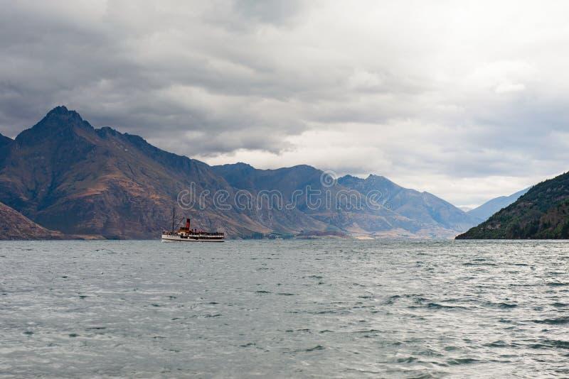 Lago Wakatipu con la nave a vapore, Queenstown, Nuova Zelanda fotografia stock libera da diritti