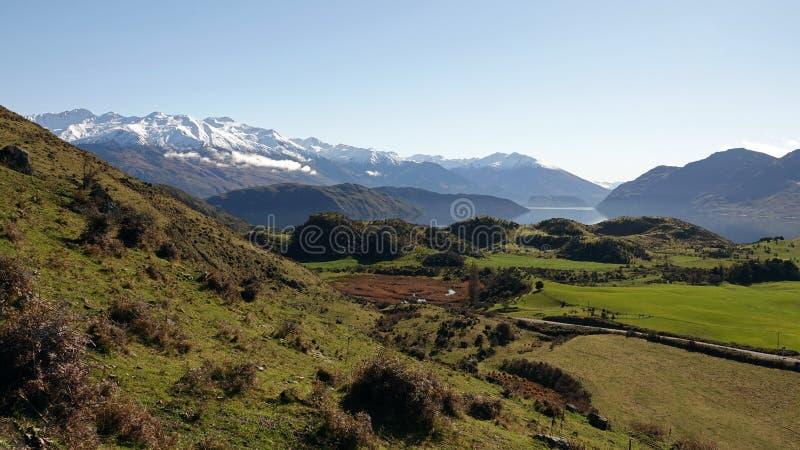Lago Wanaka de la pista del pico de Roys en invierno, Nueva Zelanda foto de archivo