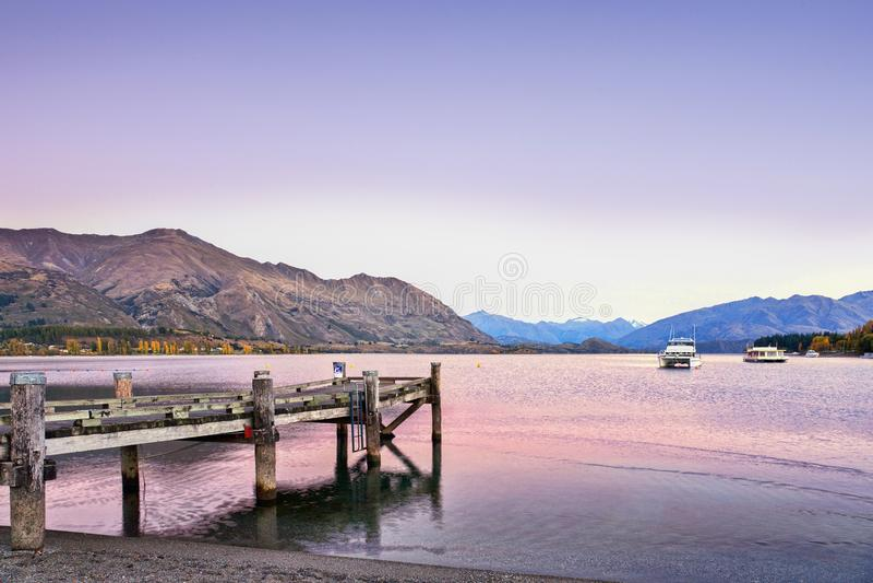 Lago Wanaka, Otago, Nuova Zelanda in autunno, prima dell'alba fotografia stock