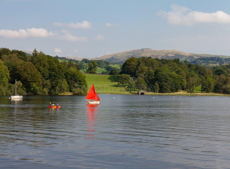 Lago Windermere, Cumbria, Reino Unido del velero, de la canoa y sailboat n fotos de archivo libres de regalías