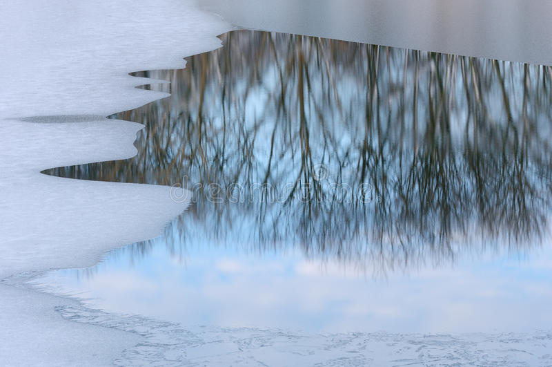 Lago winter com reflexões imagens de stock