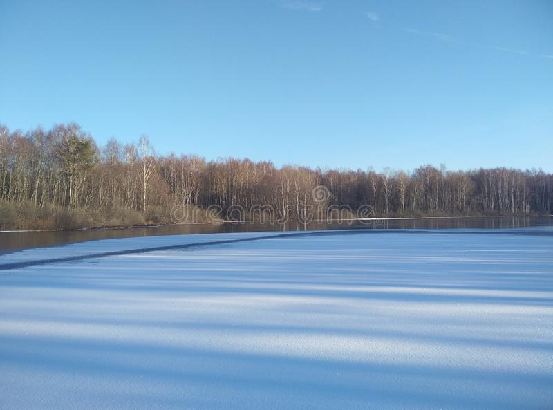 Lago winter en la nieve En el cielo escarchado azul del bosque del horizonte Papel pintado del fondo foto de archivo libre de regalías