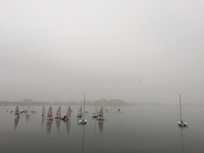 Lago Xuanwu em Nanjing na névoa pesada imagens de stock royalty free