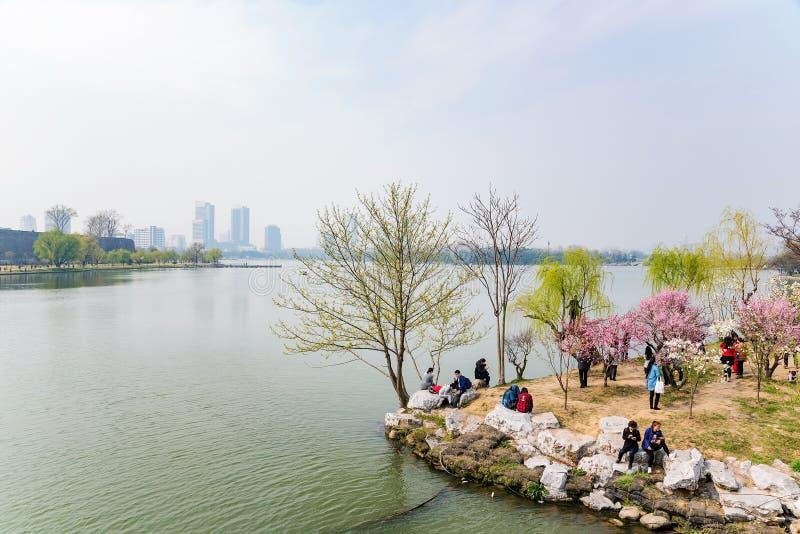 Lago Xuanwu en Nanjing en una tarde soleada imagen de archivo libre de regalías