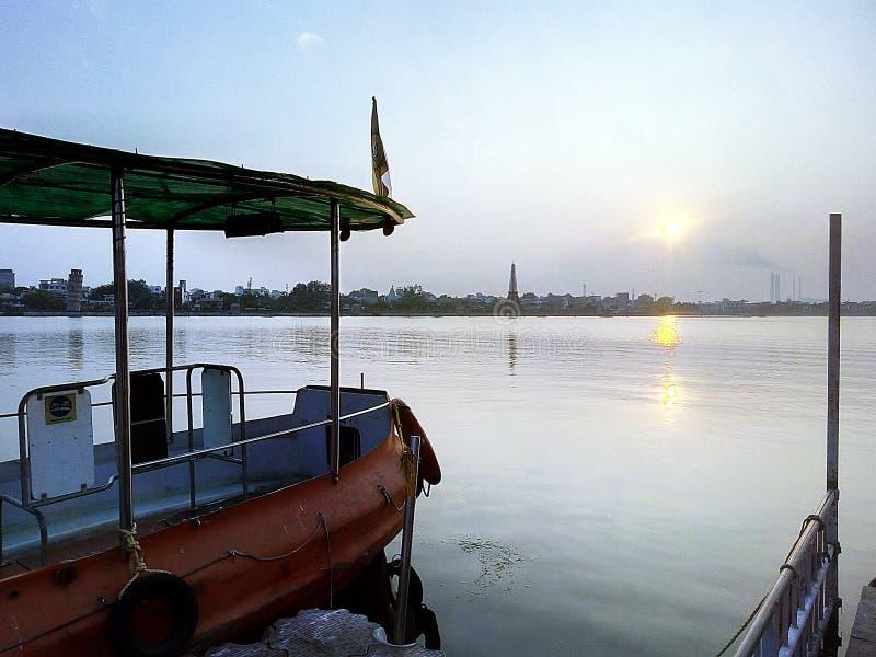 Lago y barco, papel pintado imagenes de archivo
