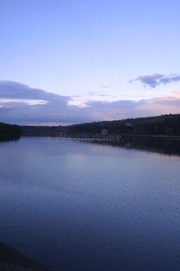 Lago y bosque fotografía de archivo libre de regalías