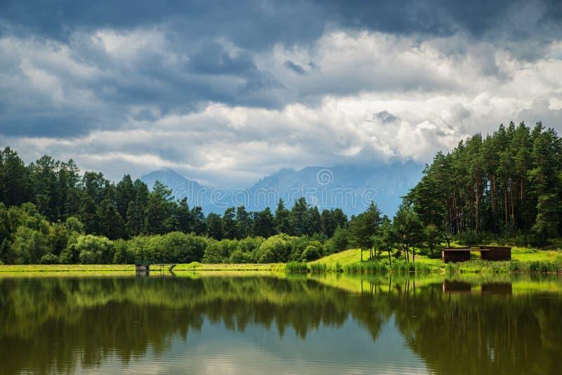 Lago y bosque con las montañas y las nubes en el fondo, Slovaki fotografía de archivo libre de regalías