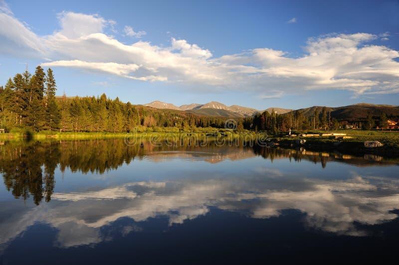 Lago y bosque hermosos en las montañas imagenes de archivo