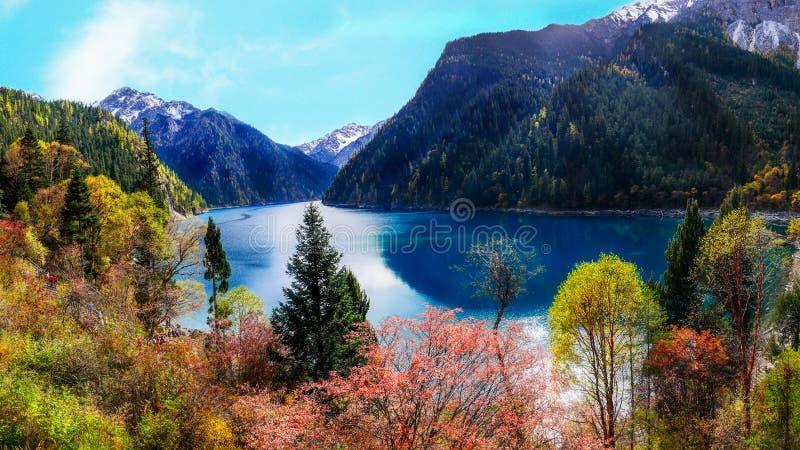 Lago y bosque largos en el parque nacional de Jiuzhaigou en Sichuan imagenes de archivo