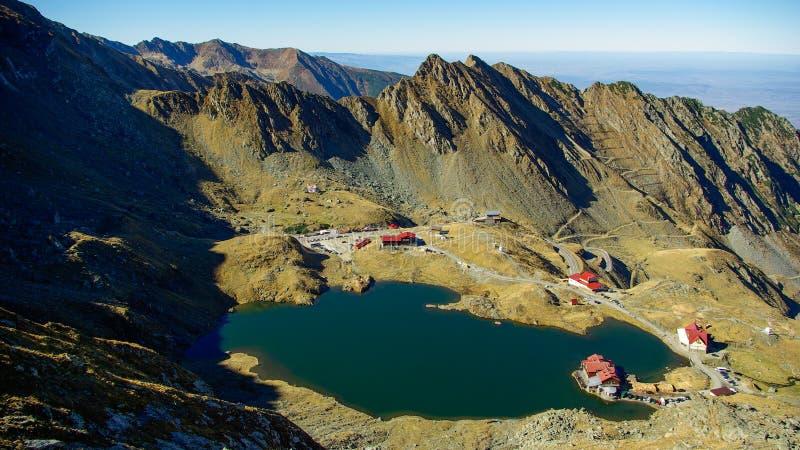 Lago y cabaña Balea en Rumania. Montañas de Fagaras imagen de archivo