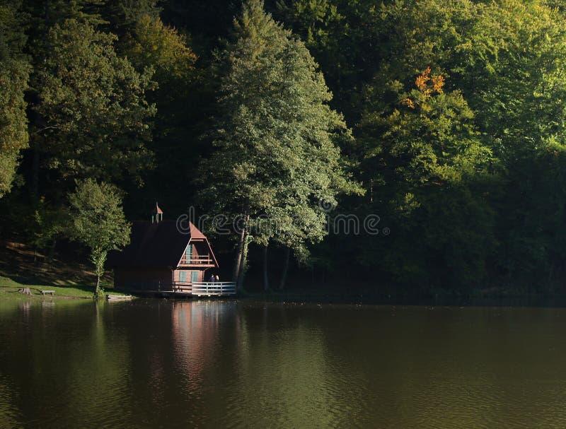 Lago y cabaña forest fotos de archivo libres de regalías