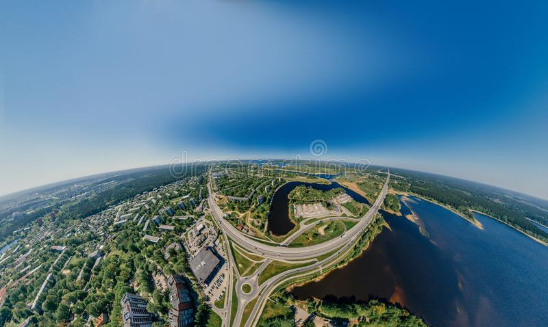 Lago y caminos summer en la imagen del abejón de la ciudad de Riga y de la naturaleza 360 VR de Letonia para la realidad virtual, fotografía de archivo