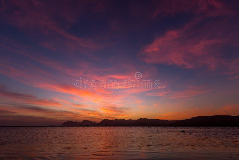 Lago y cordillera en la puesta del sol imagen de archivo