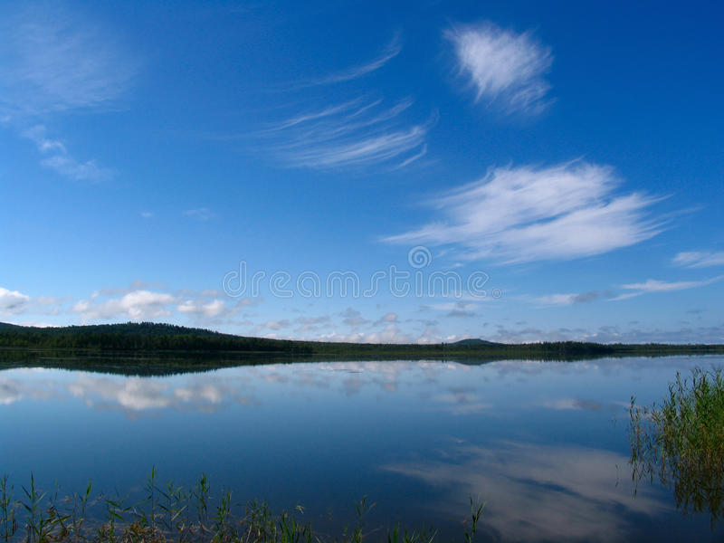 Lago y el cielo imagen de archivo