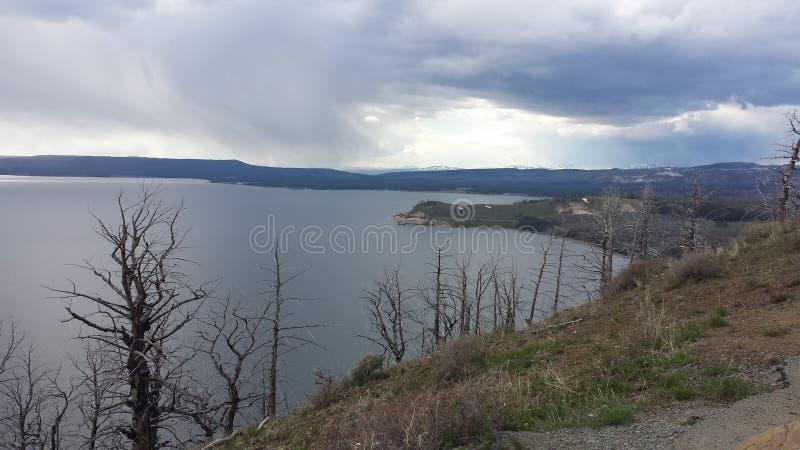 Lago y lluvia fotografía de archivo