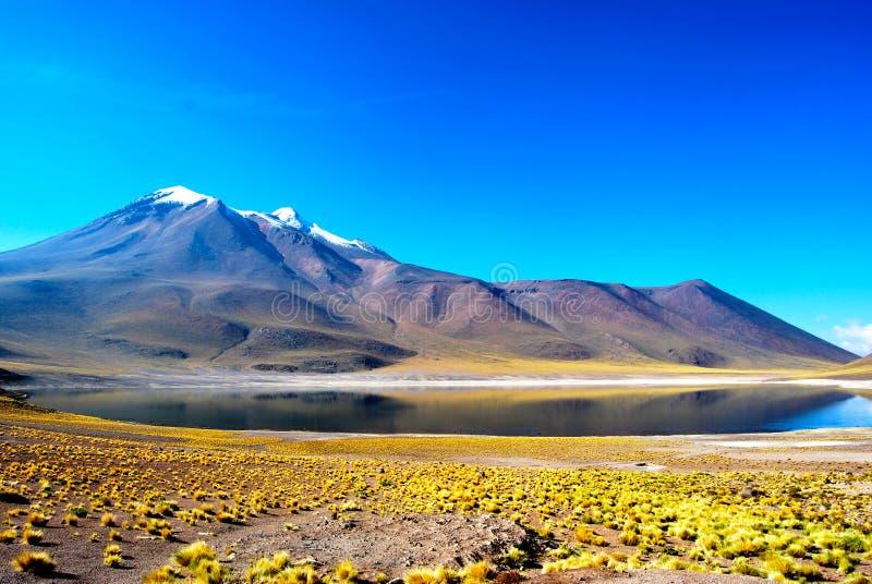 Lago y montaña foto de archivo