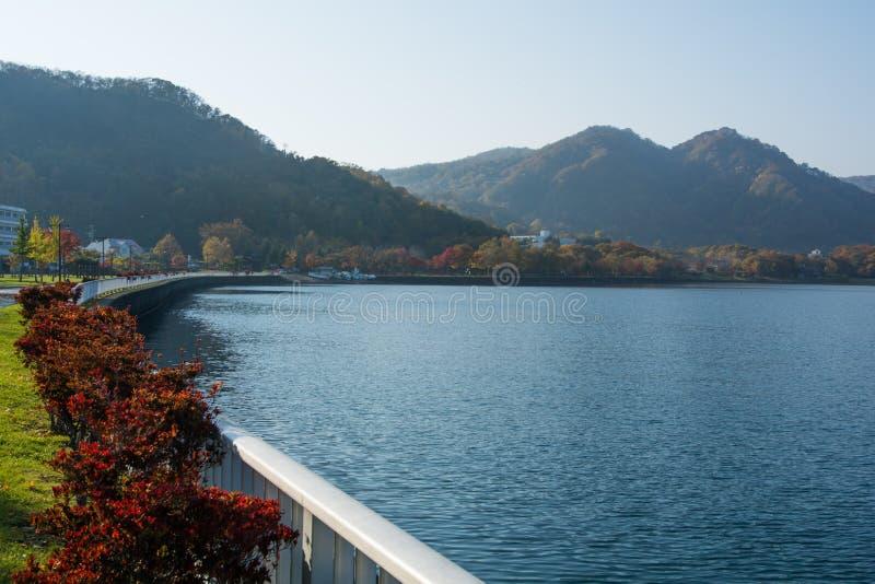 Lago y montaña imagen de archivo