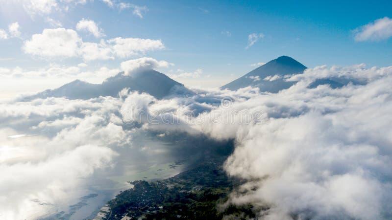 Lago y montaña Batur con la niebla imagen de archivo libre de regalías