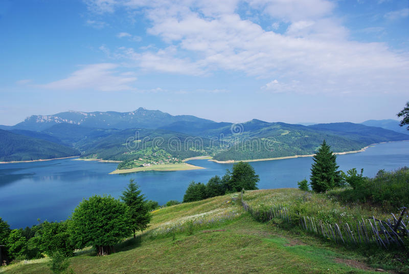 Lago y montañas imagenes de archivo