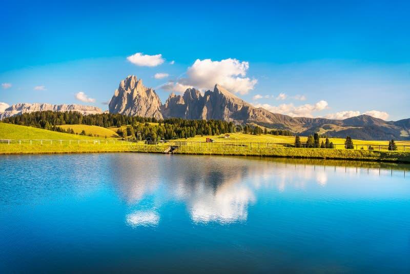 Lago y montañas, Alpe di Siusi o Seiser Alm, montañas de las dolomías, foto de archivo libre de regalías