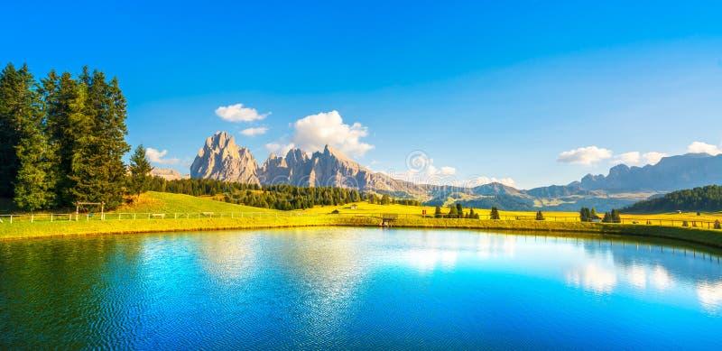 Lago y montañas, Alpe di Siusi o Seiser Alm, montañas de las dolomías, foto de archivo