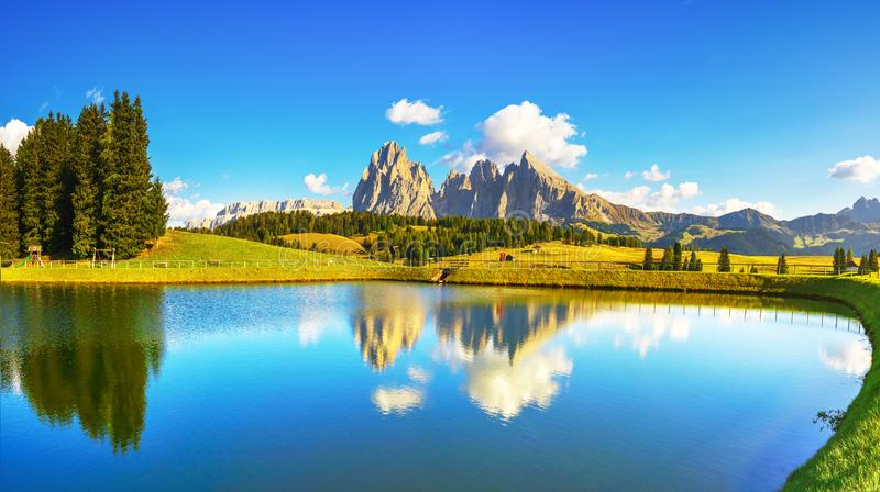 Lago y montañas, Alpe di Siusi o Seiser Alm, montañas de las dolomías, Italia imagenes de archivo