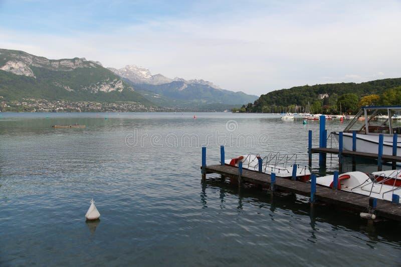Lago y montañas hermosos annecy Árbol en campo foto de archivo