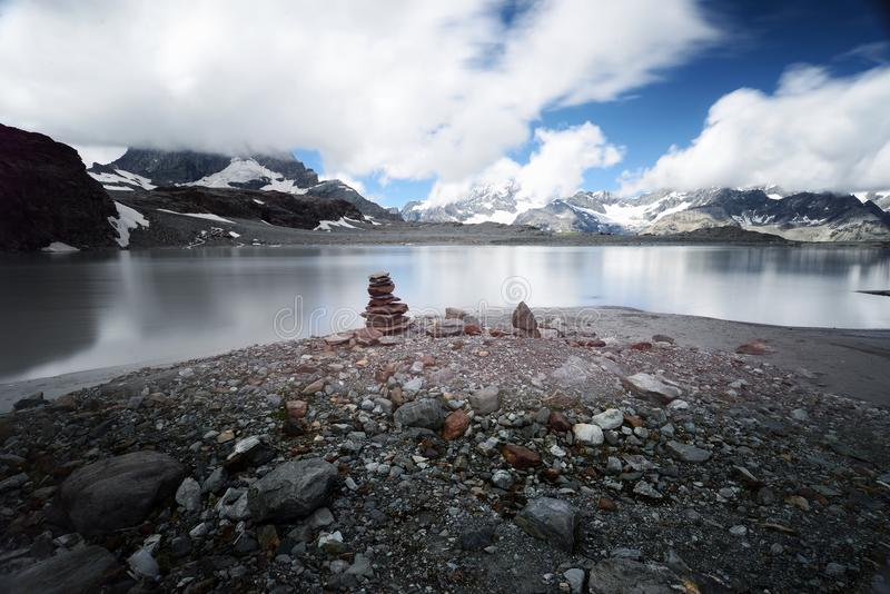 Lago y montañas mountain en Zermatt Suiza foto de archivo libre de regalías