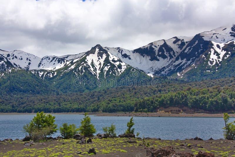 Lago y montañas nevadas fotos de archivo libres de regalías