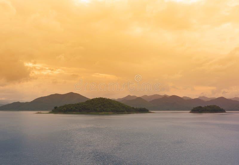 Lago y monta?a foto de archivo