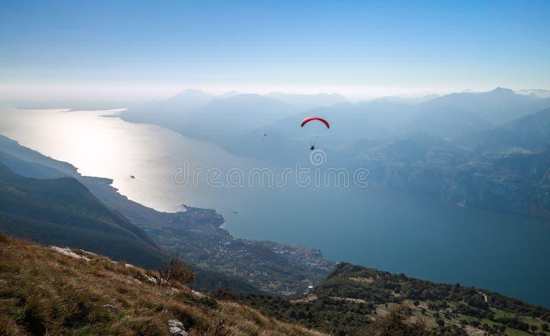 Lago y Monte Baldo Garda fotografía de archivo libre de regalías