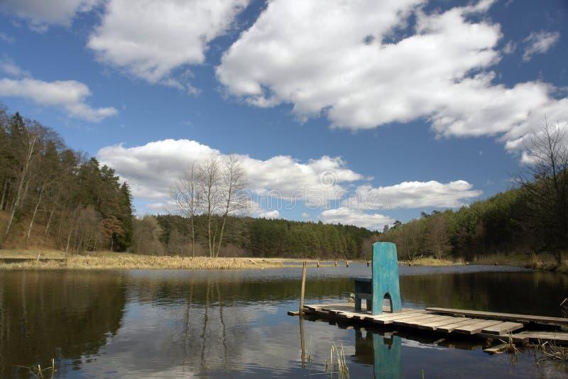 Lago y muelle escénicos fotos de archivo